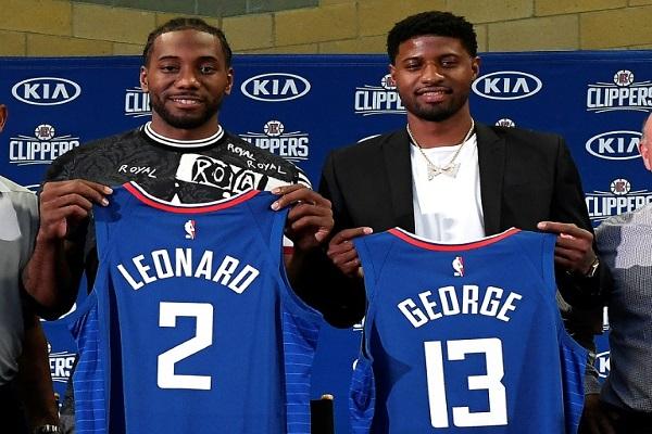 لينارد (يسار) وجورج في قميص فريقهما الجديد لوس انجليس كليبرز