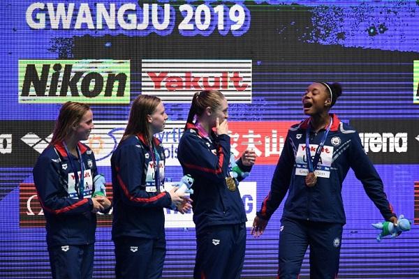 سيدات الولايات المتحدة على منصة التتويج بعد فوزهن بسباق التتابع 4*100 م متنوعة ضمن بطولة العالم للسباحة،