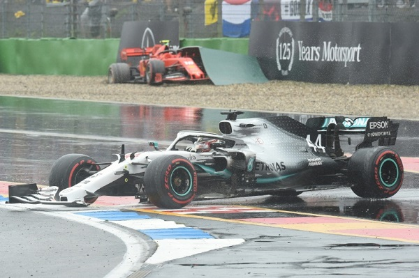 سيارة مرسيدس الفضية لبطل العالم البريطاني لويس هاميلتون، بعد احتكاك مع السيارة الحمراء لسائق فيراري شارل لوكلير خلال جائزة ألمانيا الكبرى ضمن بطولة العالم للفورمولا واحد