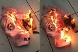 مشجع يحرق قميص مانشستر يونايتد احتجاجاً على تواضع التعاقدات الصيفية