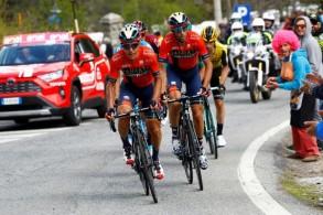 دراج فريق بحرين - ميريدا الايطالي دومينيكو بوتزوفيفو (الى اليسار) خلال طواف جيرو الإيطالي