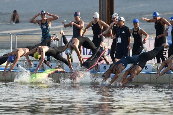 سباحون يقفزون في المياه مع انطلاق سباق اختباري تحضيرا لأولمبياد طوكيو 2020