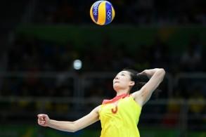 الصينية يانغ فانغجو ترسل الكرة في نهائي اولمبياد ريو 2016