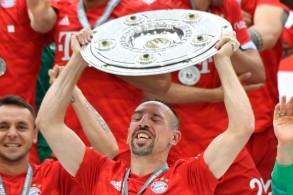 فرانك ريبيري يرفع درع بطولة الدوري الألماني بعد فوز بايرن ميونيخ على إينتراخت فرانكفورت السبت 18 أيار/مايو 2019