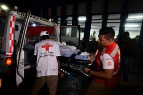 مسعفون ينقلون جريحا إلى المستشفى في تيغوسيغالبا عاصمة هندوراس في 17 آب/اغسطس 2019، في اعقاب اشتباك مشجعيّ فريقي اوليمبيا ومتواغوا الغريمين التقليديين المحليين.