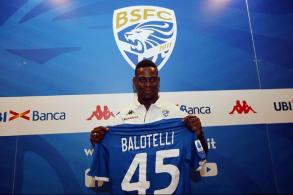 حظي المهاجم الإيطالي ماريو بالوتيلي باستقبال وترحيب كبيرين من قبل جماهير نادي بريشيا