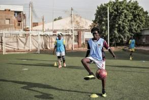 لاعبة تتدرب على ملعب اصطناعي في الخرطوم عاصمة السودان. وقد اعلن الاتحاد السوداني لكرة القدم انطلاق دوري للسيدات في الاسبوع الاول من ايلول/سبتمبر المقبل