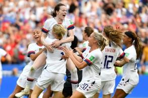 لاعبات الولايات المتحدة تحتفلن باحتفاظهن بلقب كأس العالم عقب فوزهن على هولندا 2-صفر في المباراة النهائية في ليون الفرنسية