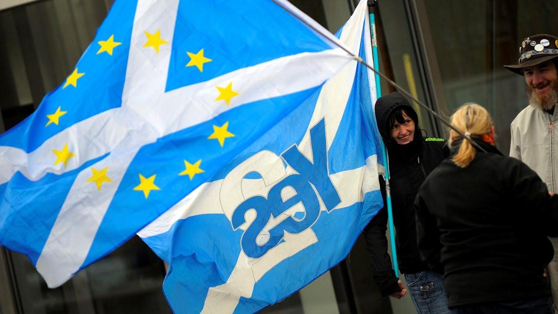 ناشطة تروج لاستقلال اسكوتلندا عشية الانتخابات البرلمانية يوم الخميس (أ ف ب)