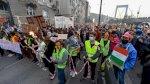طلاب مجريون ينظمون مسيرة