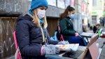 فتاة تحتجّ أمام مدرستها في إيطاليا مطالبة بإعادة فتحها