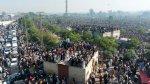 حشد كبير لتشييع رجل دين يقف وراء تظاهرات ضد فرنسا في باكستان