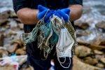 الأبيض المتوسط يغرق بالكمامات
