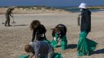 اسرائيل تسارع إلى تنظيف شواطئها بعد تلوثها بالقار