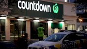 Getty Images سيارة شرطة أمام متجر كاونتداون في مدينة ديندن جنوبي نيوزيلندا حيث وقع حادث الطعن