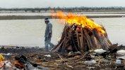 إحراق جثث ضحايا فيروس كورونا على ضفاف نهر الغانج في ولاية أوتار براديش الشمالية