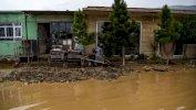 AFP دفنت الفيضانات بعض الأشخاص تحت الطين