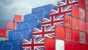 حاويات بضائع تحمل أعلام الاتحاد الأوروبي وبريطانيا تعكس خروج بريطانيا من الاتحاد الأوروبي والقيود المفروضة على التصدير والاستيراد