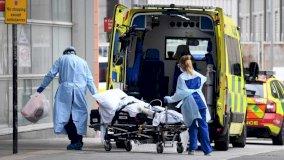 سيارة إسعاف تنقل مريضًا بكورونا إلأى أحد مستشفيات لندن