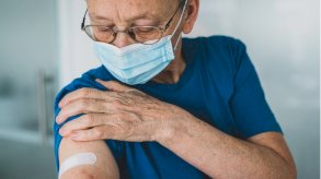 لقاح كورونا: ألم الذراع والصداع من آثاره الجانبية الأكثر شيوعاً
