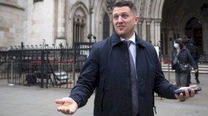 الحكم على تومي روبنسون بدفع 100 ألف جنيه استرليني تعويضاً لتلميذ سوري