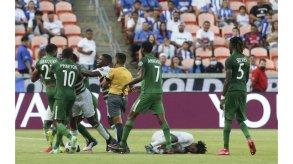 نائب رئيس سورينام يخوض مباراة رسمية لكرة القدم في عمر الستين