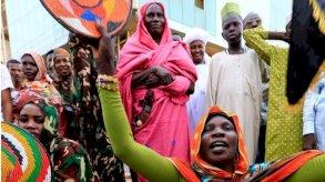 صور من أفريقيا: موضة وفن واحتجاجات وتخليد ذكرى مجزرة جزائريين في فرنسا