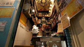 مالك أقدم بيوت الشاي في طهران يسقي زواره كوباً بنكهة العشق