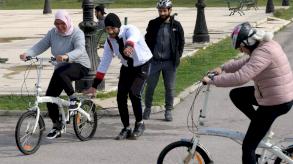 حظر تجول في تونس يدفع هواة الدراجات الهوائية الى احتلال الشارع