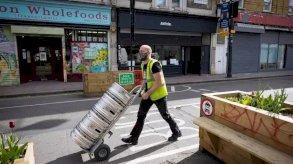 تسريح ثم إعادة توظيف: جدل في بريطانيا في ظل الوباء