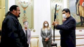 الممثل الأميركي ستيفن سيغال يقدّم سيف ساموراي إلى الرئيس الفنزويلي مادورو