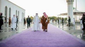 اللون البنفسجي لسجاد مراسم استقبال ضيوف السعودية