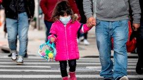 خبراء: الأقنعة الواقية والتباعد الاجتماعي أضعفا مناعة الأطفال