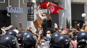 الرئيس التونسي يجمد أعمال البرلمان ويعفي رئيس الوزراء من منصبه