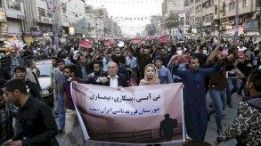 وهتف المحتجون: