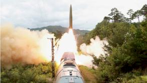 كوريا الشمالية تطلق صاروخًا بالستيًا محمولًا على عربة قطار