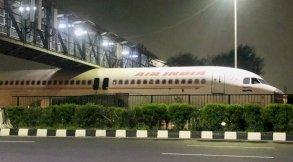 طائرة تعلق أسفل جسر في الهند تثير سخرية على مواقع التواصل الاجتماعي