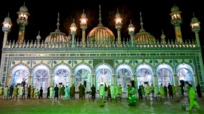 في باكستان المساجد مكتظة رغم ارتفاع عدد الإصابات بفيروس كورونا