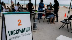 السياح يتوافدون من الخارج لتلقي لقاح كوفيد على شاطئ ميامي