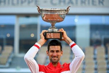 الصربي نوفاك ديوكوفيتش يرفع كأس بطولة فرنسا المفتوحة في كرة المضرب