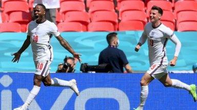 مهاجم انكلترا رحيم ستيرلينغ (يسار) يحتفل بعد التسجيل في مرمى كرواتيا خلال مباراة المنتخبين في كأس أوروبا، لندن في 13 حزيران/يونيو 2021