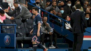 النجم الأرجنتيني ليونيل ميسي لدى استبداله خلال مباراة فريقه ضد ليون في الدوري الفرنسي وبدا مدربه ومواطنه ماوريسيو بوكيتينو إلى اليمن. في 19 أيلول/سبتمبر 2021