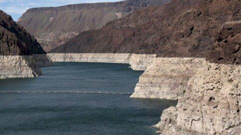 Reuters تراجع مستويات المياه في بحيرة ميد كشف عن وجود ضفاف ذات لون أبيض فاتح