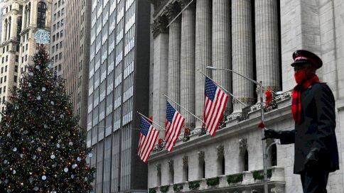 صورة من الإرشيف في 9 كانون الأول/ديسمبر 2020 تظهر مدخل بورصة نيويورك في وول ستريت