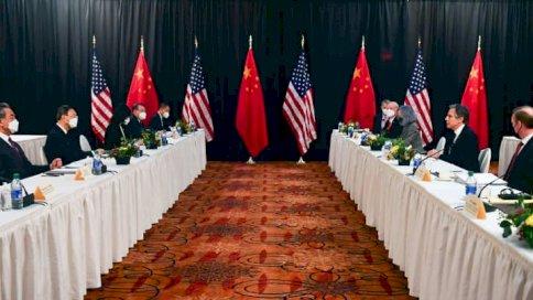 وزير الخارجية الأميركي أنتوني بلينكين أثناء مواجهة وزير الخارجية الصيني ووانغ يي، في الجلسة الافتتاحية للمحادثات الأميركية الصينية في 18 اذار (مارس) 2021