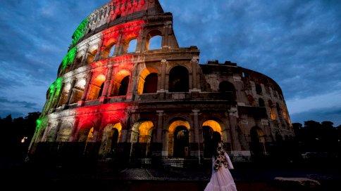 مبنى الكولوسيوم مضاء بألوان العلم الإيطالي