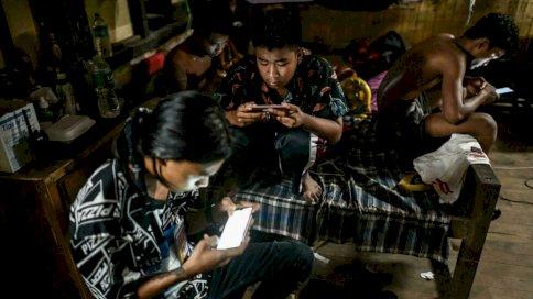 أشخاص يتصفحون شبكة الإنترنت على هاتفهم النقالة.