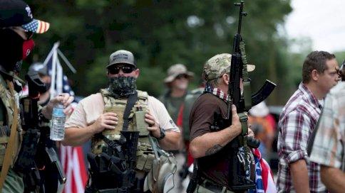 أفراد في جماعات مسلحة يمينية متطرفة في ستون ماونتن في جنوب الولايات المتحدة في 15 اغسطس 2020