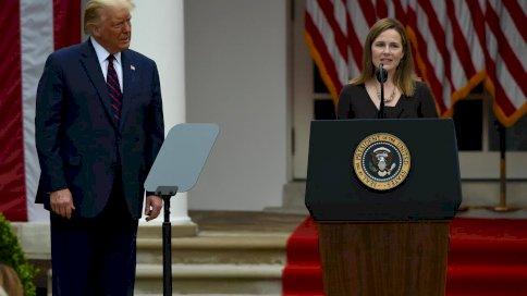 القاضية إيمي كوني باريت في البيت الأبيض عند تعيينها من قبل الرئيس دونالد ترامب في 26 ايلول/سبتمبر 2020