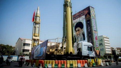 مجسمان لصاروخين إيرانيين في أحد شوارع العاصمة طهران